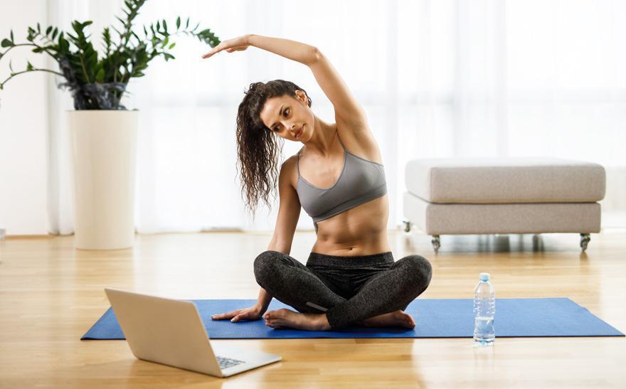 kobieta ćwicząca poprzeztrening on-line